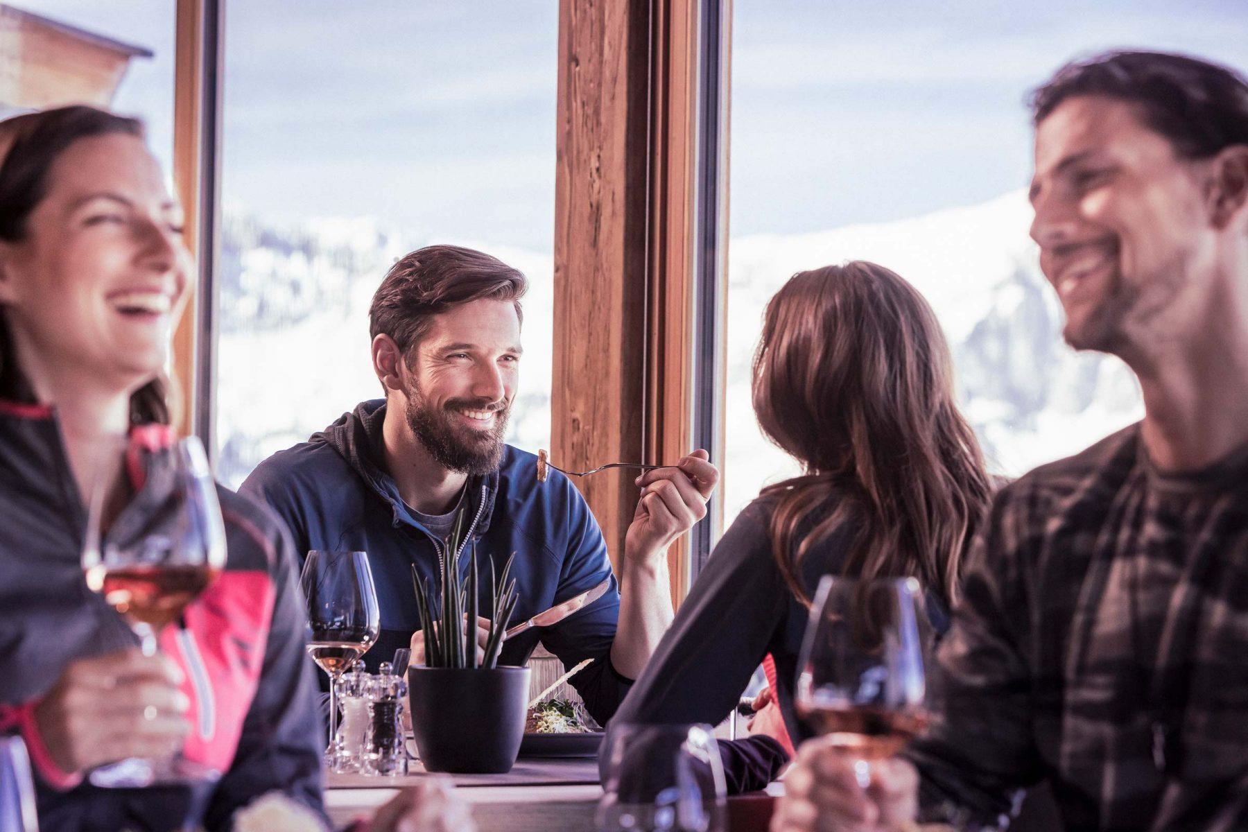 Skifahrer beim Mittagessen im Restaurant. Tirol Lodge - Derek Henthorn - Fotograf München