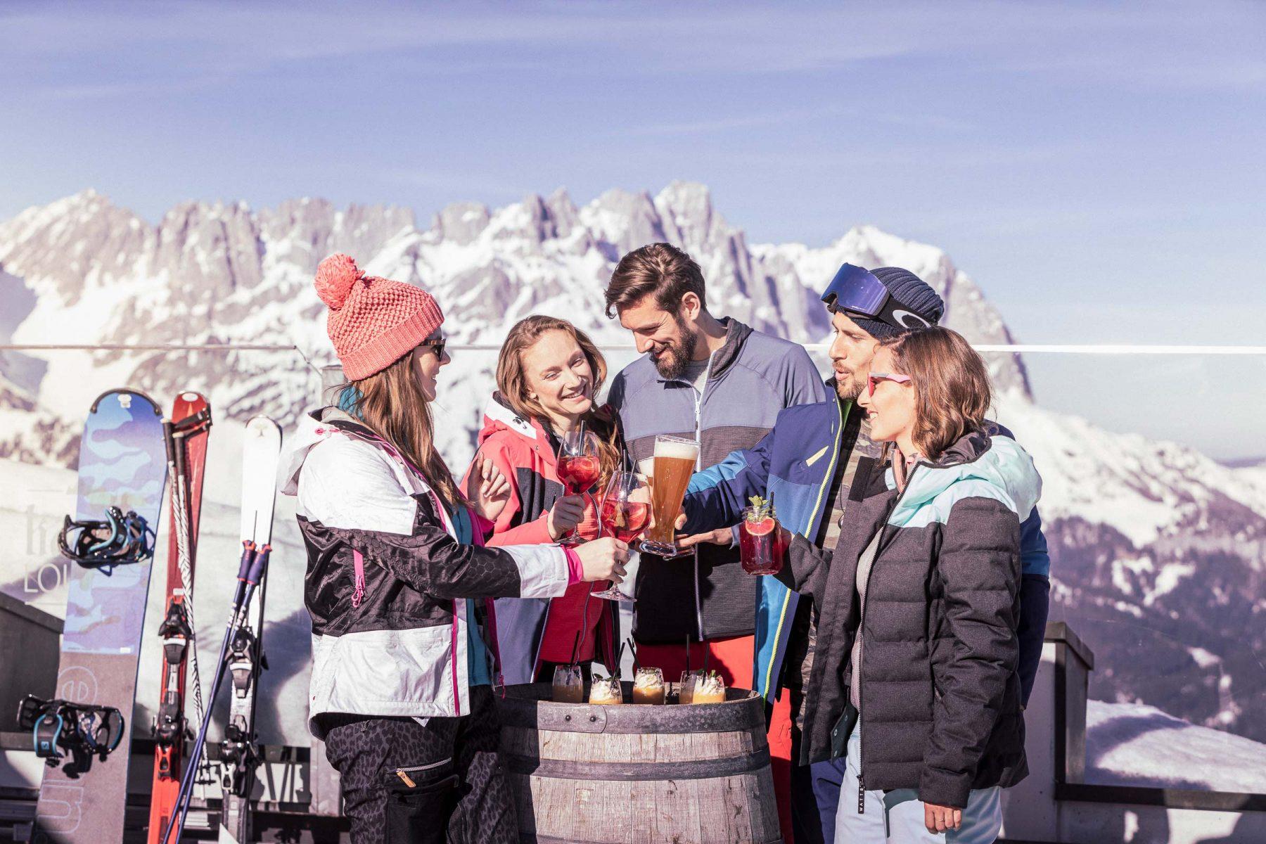 Gruppe Freunde haben Spass beim Apres-Ski. Tirol Lodge - Derek Henthorn - Fotograf München