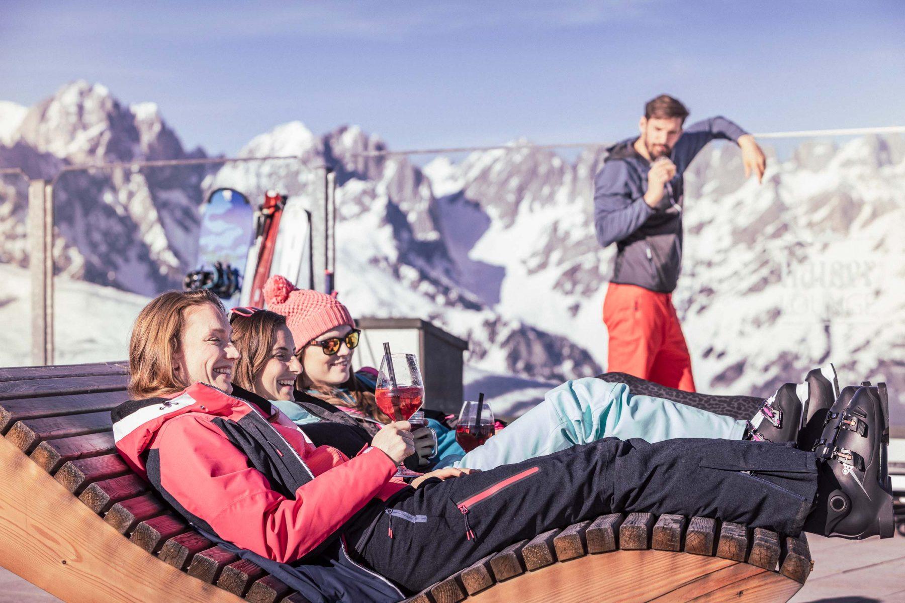 Junge Frauen haben Spass beim Apres-Ski. Tirol Lodge - Derek Henthorn - Fotograf München