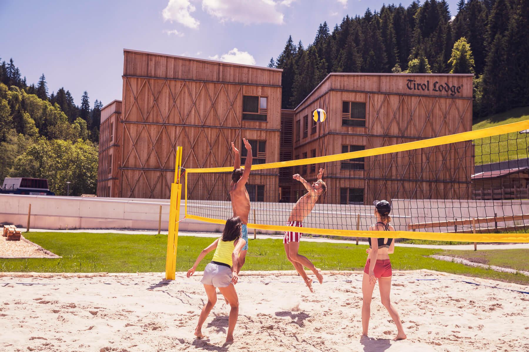 Zwei Paerchen beim Beach Volleyball spielen. Fotograf Derek Henthorn