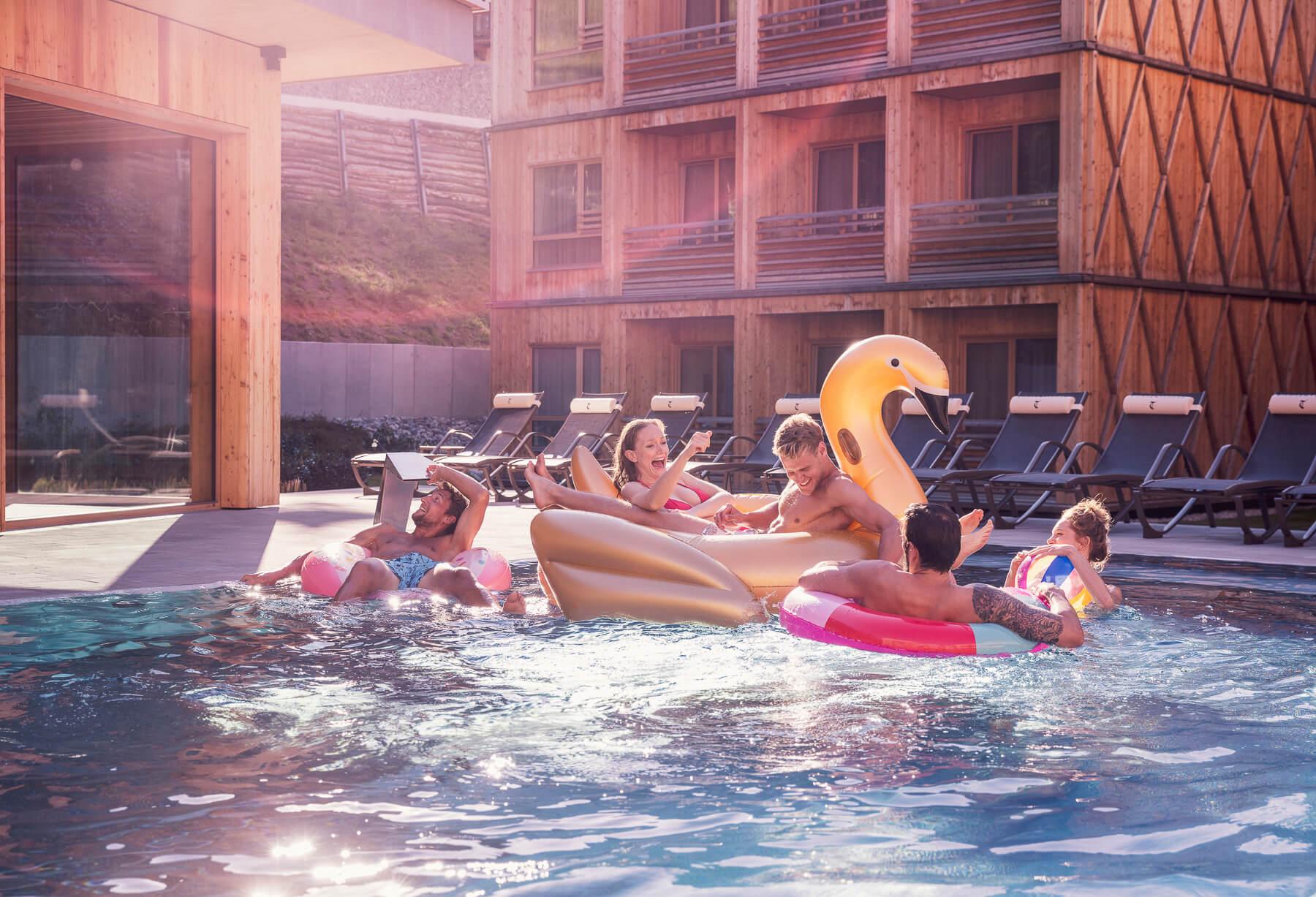 Freunde geniessen ein Sommer Nachmittag mit einem Pool Party. Fotograf Derek Henthorn