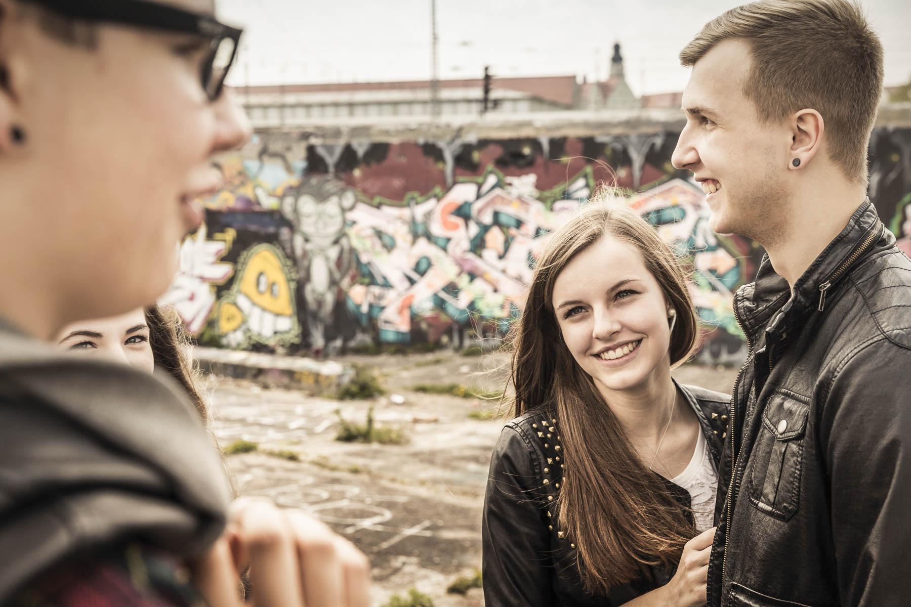 Gruppe Teenager hängen zusammen rum. Lifestyle - Derek Henthorn - Fotograf München