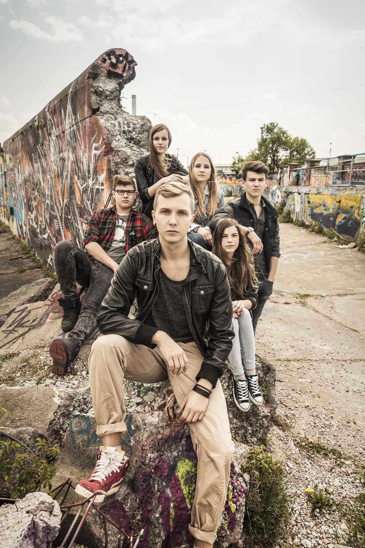 Gruppe Teenager sitzen sehr selbstbewusst zusammen. Lifestyle - Derek Henthorn - Fotograf München