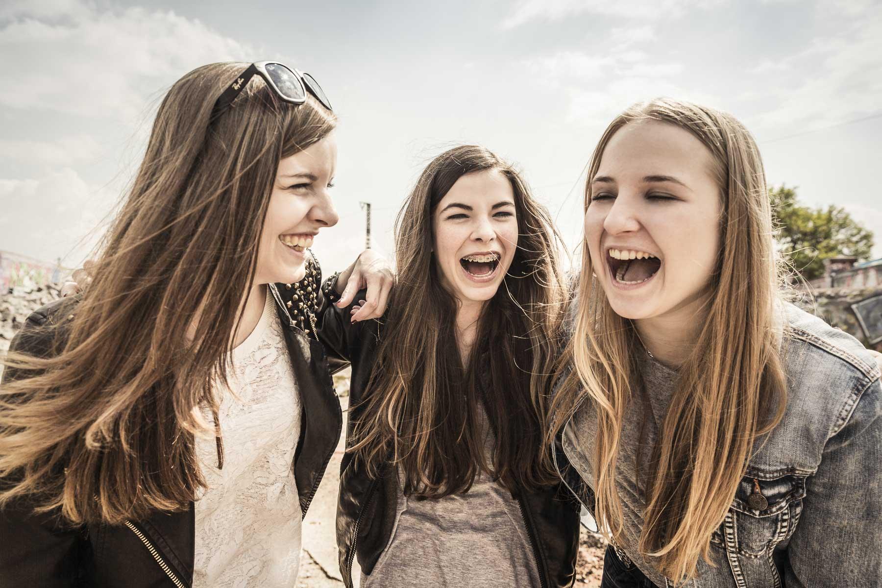 Drei Teenager lachen. Lifestyle - Derek Henthorn - Fotograf München
