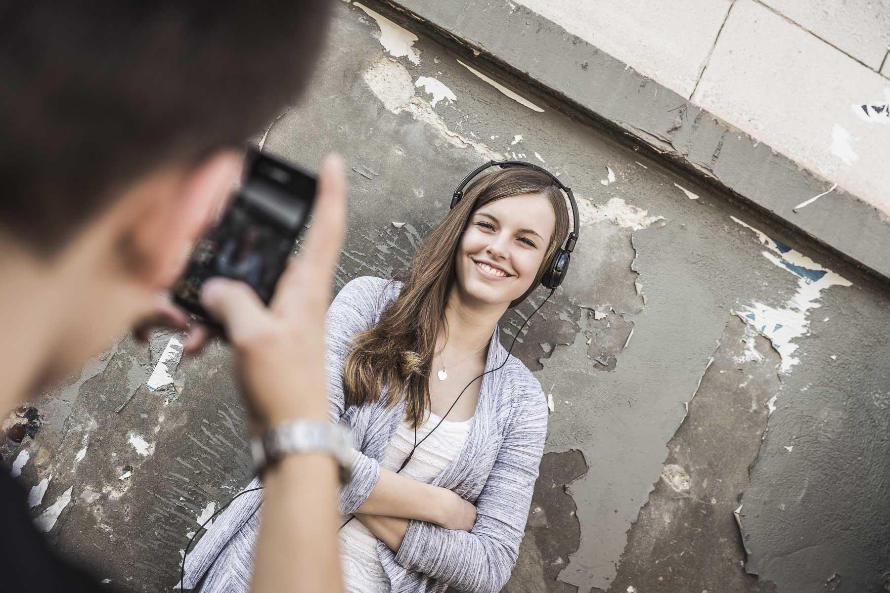 Portrait eines Teenagers mit Kopfhörer wird fotografiert. Lifestyle - Derek Henthorn - Fotograf München