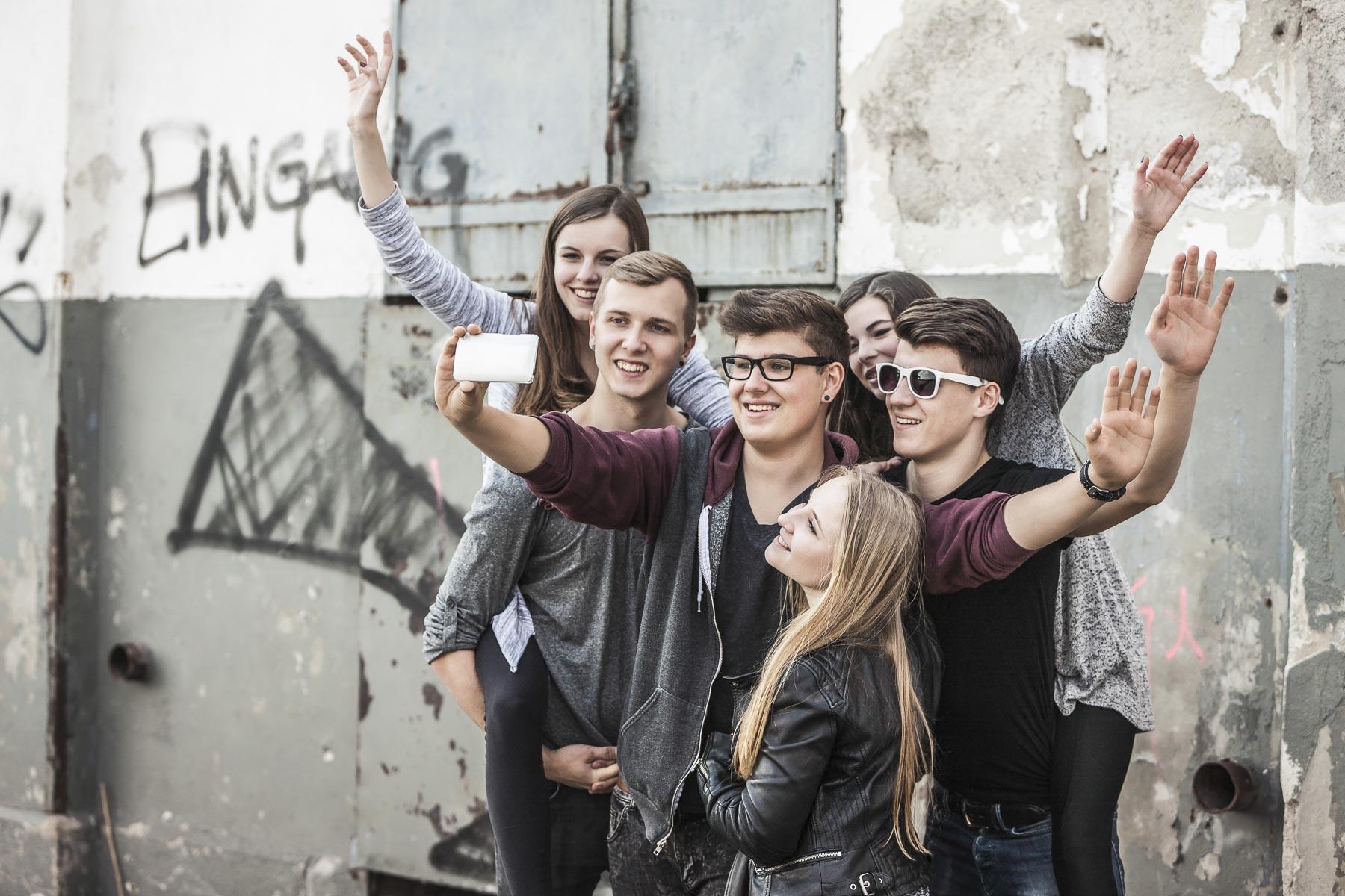 Gruppe Teenager machen ein Selfie. Lifestyle - Derek Henthorn - Fotograf München