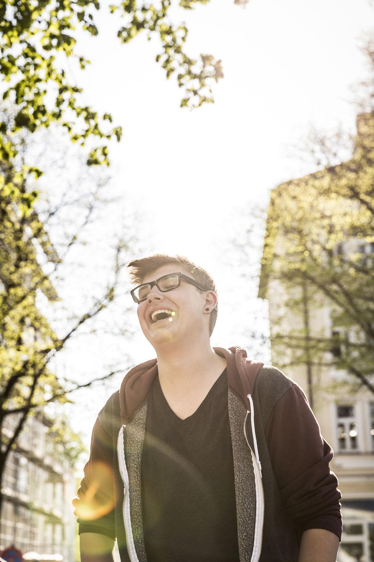 Portrait einer Teenager im Gegenlicht. Lifestyle - Derek Henthorn - Fotograf München